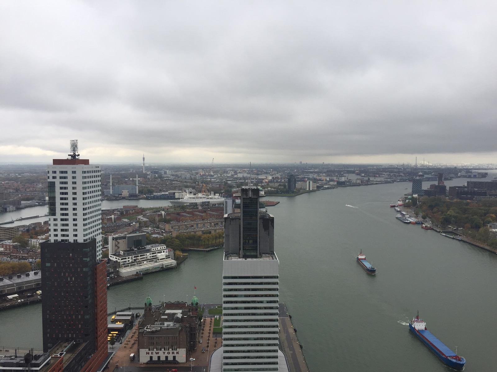 Uitzicht vanuit De Rotterdam over de Maas vanaf de 43ste verdieping.